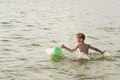 Мальчик купает в реке Стоковые Фотографии RF