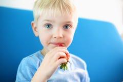 Мальчик клубники, мальчик оно плодоовощ клубники Стоковая Фотография