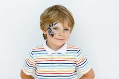 Мальчик маленького ребенка при сторона покрашенная с сетью паука Стоковые Изображения RF