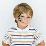 Мальчик маленького ребенка при сторона покрашенная с сетью паука Стоковые Фото
