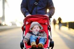 Мальчик малыша в прогулочной коляске стоковая фотография rf