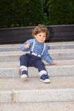 Мальчик малыша пробуя спустить лестницы стоковая фотография