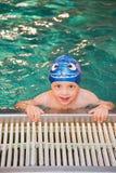 мальчик меньшее заплывание бассеина Стоковые Изображения