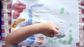 мальчик меньшяя картина видеоматериал