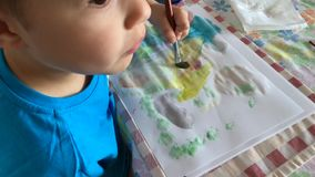 мальчик меньшяя картина акции видеоматериалы
