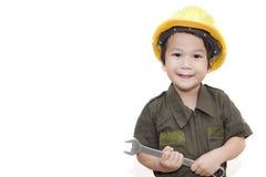 Мальчик механика с ключем инструментов на изолированной белой предпосылке Стоковое фото RF