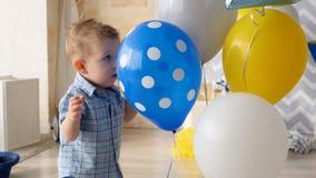 Мальчик нажимает воздушные шары, пробуя получить звезду видеоматериал
