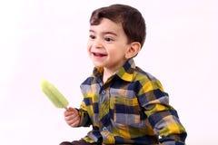 Мальчик наслаждаясь мороженым Стоковая Фотография RF