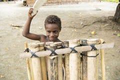 Мальчик на барабанчике - Тихом океане острова Стоковое фото RF