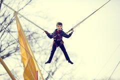 Мальчик на батуте стоковая фотография rf