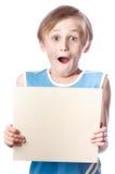 Мальчик на белой предпосылке с пустым boad Стоковые Изображения