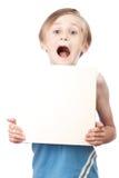 Мальчик на белой предпосылке с пустым boad Стоковые Изображения RF