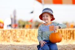 Мальчик на заплате тыквы Стоковое Изображение
