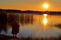 Мальчик на заходе солнца Стоковые Фотографии RF