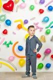 Мальчик на заднем плане шариков Стоковое Фото