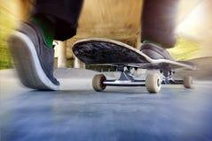 Мальчик на используемом скейтборде Стоковая Фотография RF