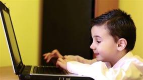 Мальчик на компьютере