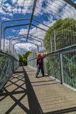 Мальчик на мосте над железнодорожным путем Стоковые Фотографии RF
