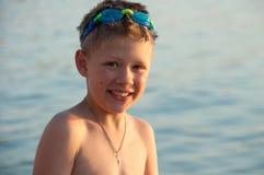 Мальчик на предпосылке моря Стоковое Изображение