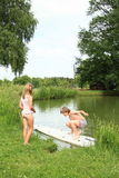 Мальчик на прибое наблюдаемом девушкой Стоковое фото RF