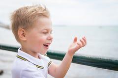 Мальчик на прогулке моря города стоковые фото