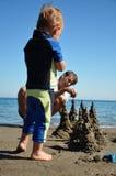 Мальчик на пляже с его отцом Стоковое фото RF