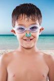 Мальчик на пляже стоковые изображения