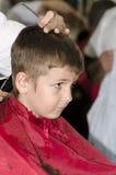 Мальчик на дрессере волос Стоковое Изображение RF