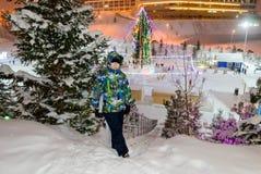 Мальчик на рождественской елке Стоковая Фотография RF