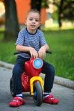 Мальчик на самокате Стоковые Изображения RF