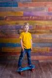 Мальчик на скейтборде Стоковая Фотография