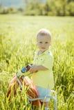 Мальчик на лужайке, Стоковая Фотография RF