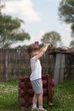 Мальчик на хорошо воды в деревне стоковая фотография rf