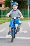 Мальчик на bicycling Стоковая Фотография