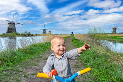 Мальчик на Kinderdijk Стоковая Фотография