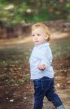 мальчик немногая гуляя Свобода, независимая концепция Стоковая Фотография