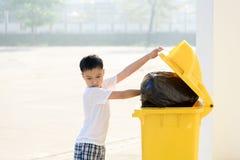 Мальчик носит отброс стоковая фотография