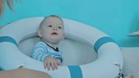 Мальчик нося спасательный жилет сток-видео