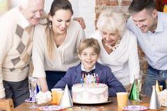 Мальчик дня рождения и его семья стоковые изображения rf