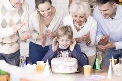 Мальчик дня рождения дуя вне свечи стоковая фотография rf