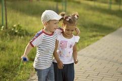 Мальчик обнимает маленькую девочку Стоковое фото RF