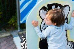 Мальчик обнимая изображение зебры стоковые фотографии rf