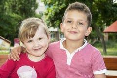 Мальчик обнимая маленькую девочку Стоковое Изображение
