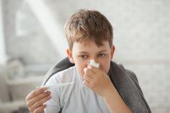 Мальчик обтирает его нос стоковая фотография