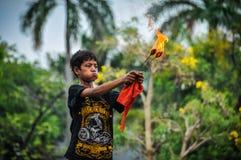 Мальчик огня-swallower в Джакарте, Индонезии стоковая фотография rf