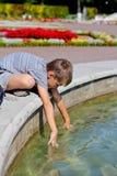Мальчик около пруда Стоковое Фото