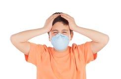 Мальчик около 12 с маской аллергии Стоковые Изображения RF