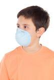 Мальчик около 12 с маской аллергии Стоковые Изображения