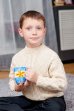 Мальчик дома на ковре Стоковые Изображения RF