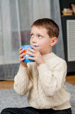 Мальчик дома на ковре Стоковые Изображения